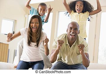 família, em, sala de estar, alegrando, e, sorrindo