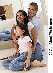 família, em, sala de estar, sorrindo