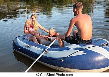 família, em, um, inflável, bote