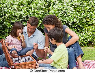 família, fazendo piquenique, jardim