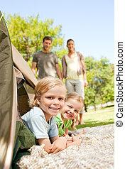 família feliz, acampamento, parque