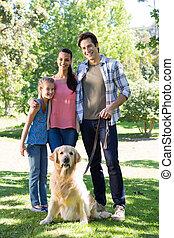 família feliz, andar, seu, cão, parque