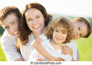 família feliz, ao ar livre