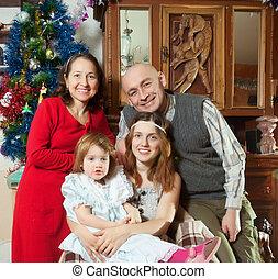 família feliz, casa, em, natal