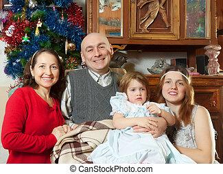 família feliz, casa, em, tempo natal