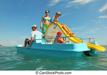 família feliz, com, menino menina, ligado, barco pedal, com, amarela, escorregar, em, mar, vista, de, água, tiro, de, impermeável, caso