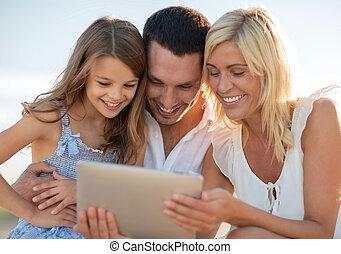 família feliz, com, pc tabela, fazendo exame retrato