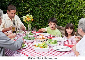 família feliz, comer, jardim
