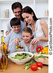 família feliz, cozinhar, junto