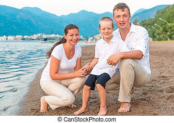 família feliz, criança, feriado, em, a, mar