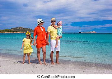 família feliz, de, quatro, durante, férias verão