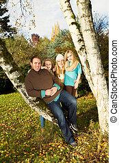 família feliz, descansar, ao ar livre, durante, um, agradável, dia, em, estação queda