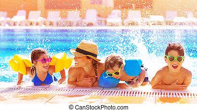 família feliz, em, a, piscina