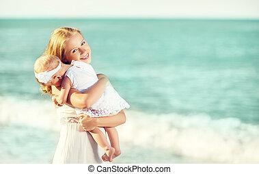 família feliz, em, branca, dress., mãe, abraços, bebê, em, a, céu