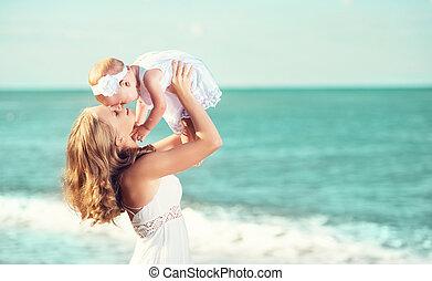 família feliz, em, branca, dress., mãe, lances, cima, bebê, em, a, céu