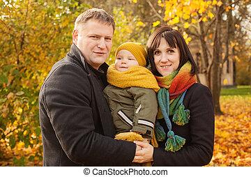 família feliz, em, outono, parque, ao ar livre