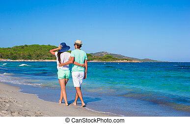 família feliz, em, praia branca, durante, férias tropicais