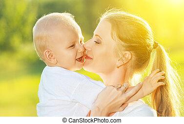família feliz, em, summer., mãe, beijando, dela, bebê