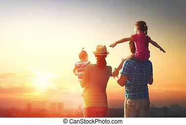 família feliz, em, sunset.
