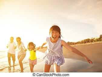 família feliz, executando, praia
