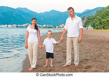 família feliz, férias, perto, a, mar