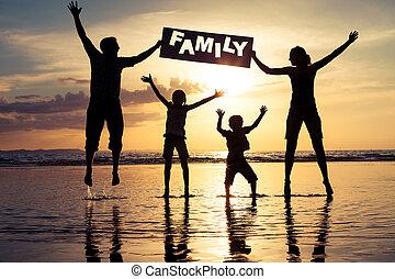 família feliz, levantando praia, em, a, pôr do sol, time.