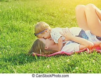 família feliz, ligado, nature., mom bebê, filha, é, tocando, em, a