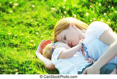 família feliz, ligado, nature., mom bebê, filha, é, tocando, em, a, grama verde