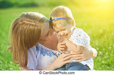 família feliz, ligado, natureza, mãe, cócegas, filha bebê, e, riso