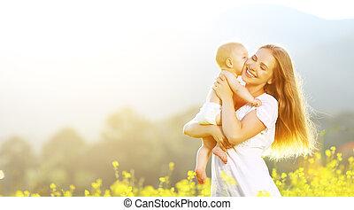 família feliz, mãe bebê, abraçando, e, beijo, em, verão, ligado, natureza