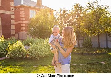 família feliz, mãe bebê, abraçando, em, verão, ligado, a, natureza