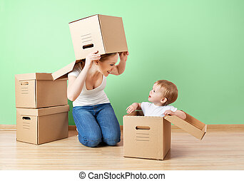 família feliz, mãe bebê, filha, em, um, vazio, apartamento, perto, parede, com, caixas cartão, relocation