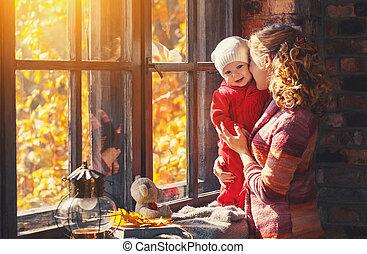 família feliz, mãe bebê, tocando, e, rir, em, janela, em, outono