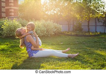 família feliz, mãe filha, abraçando, em, verão, ligado, a, natureza