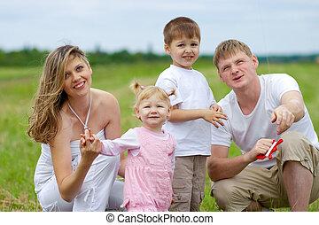 família feliz, mosca, um, papagaio, junto, em, verão, campo