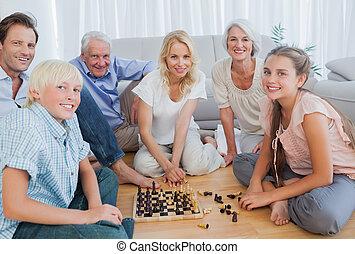 família feliz, olhando câmera