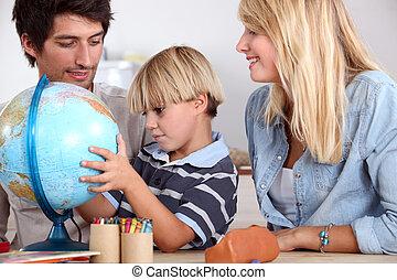 família feliz, olhar, globo terrestre