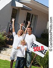 família, feliz, para, ter, comprado, um, lar