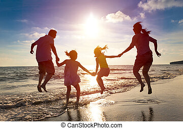 família feliz, pular, junto, praia