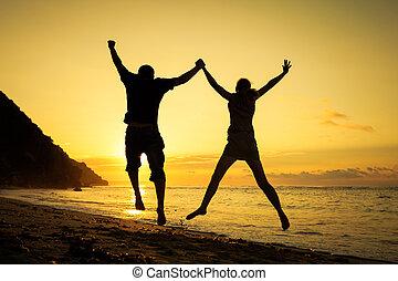 família feliz, pular, praia, em, a, alvorada, tempo
