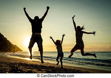 família feliz, pular, praia, em, a, amanhecer, tempo
