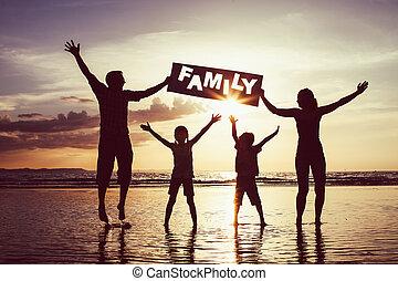 família feliz, pular, praia, em, a, pôr do sol, time.