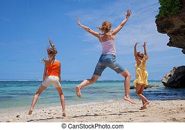 família feliz, pular, praia, em, a, tempo dia