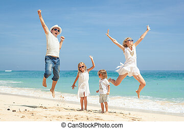 família feliz, pular, praia, ligado, a, alvorada, tempo