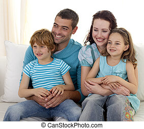 família feliz, sentar sofá, junto