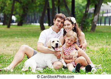 família feliz, tendo divertimento, ao ar livre