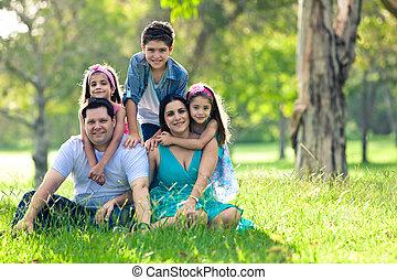 família feliz, tendo divertimento, ao ar livre, em, primavera, parque
