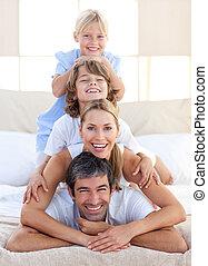 família feliz, tendo divertimento, ligado, um, cama