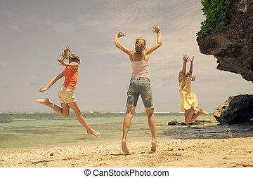 família feliz, tocando, praia, em, a, tempo dia