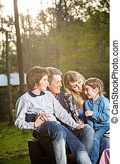 família, gastando, tempo lazer, em, campsite